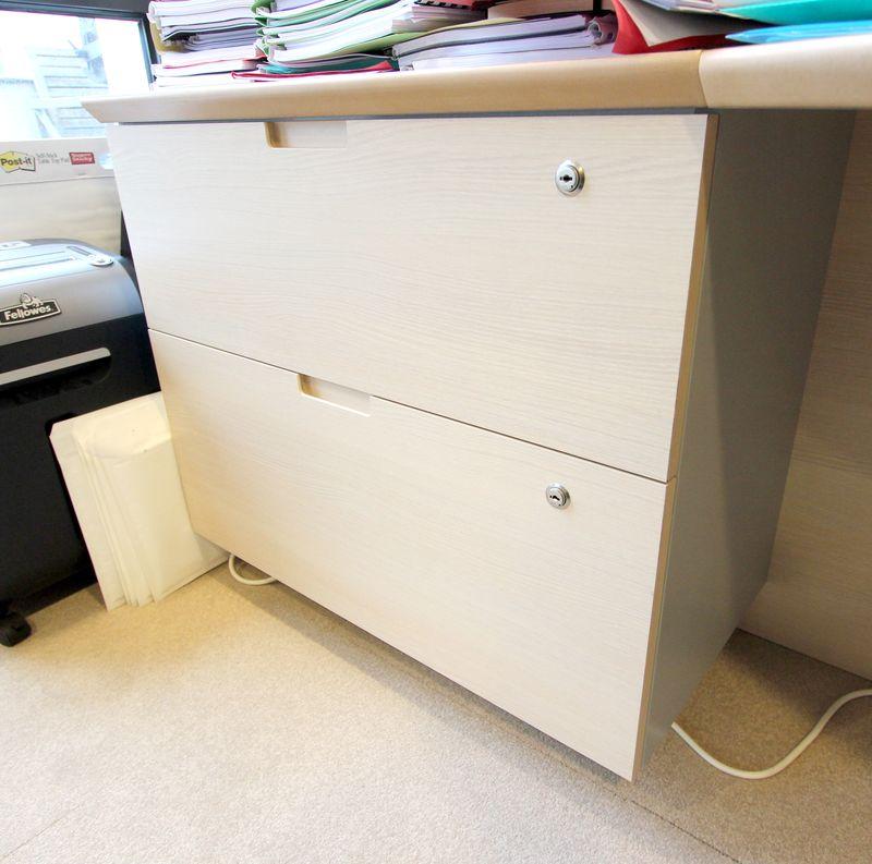 Meuble bas a 2 tiroirs de couleur blond clair fermeture a for Meuble bureau fermeture cle