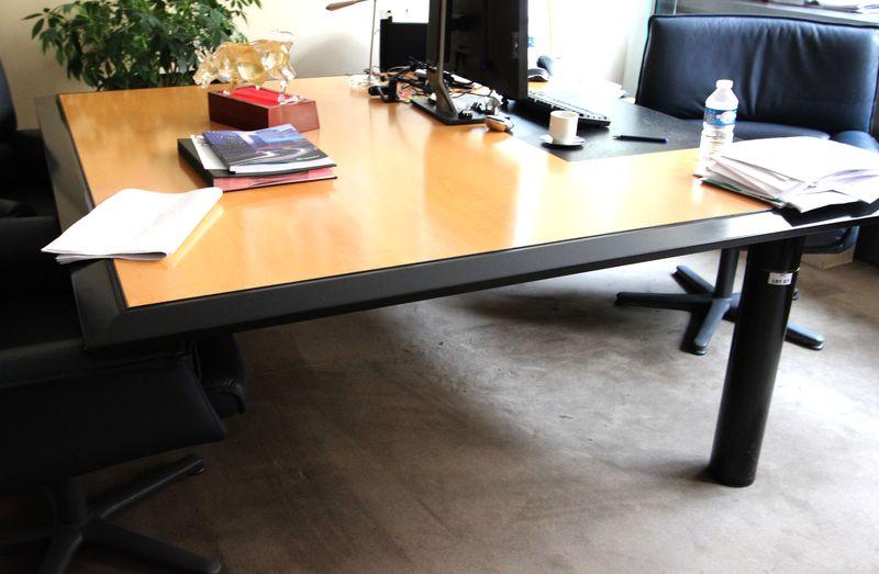 bureau a plateau carre champs en bois naturel clair cintre dun bandeau biseaute noir sous main cuir. Black Bedroom Furniture Sets. Home Design Ideas