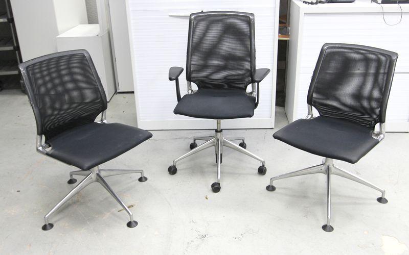 vitra modele meda chair un fauteuil de bureau sur roulette et deux chaises visiteurs edition de 199. Black Bedroom Furniture Sets. Home Design Ideas