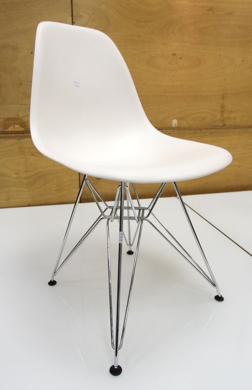 charles et ray eames eames plastic side chair dsr pietement chrome patins basic dark coque blanche. Black Bedroom Furniture Sets. Home Design Ideas