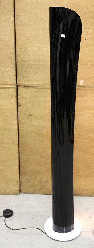 artemide lampadaire modele cadmo en metal bicolore noir et blanc exterieur noir et interieur et pie. Black Bedroom Furniture Sets. Home Design Ideas