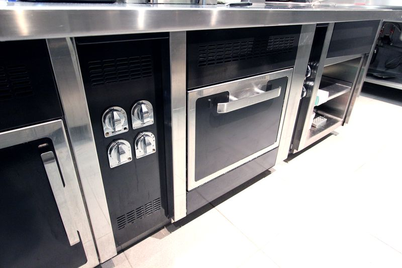 Piano de marque charvet avec wok 6 feux a induction une for Piano cuisine occasion