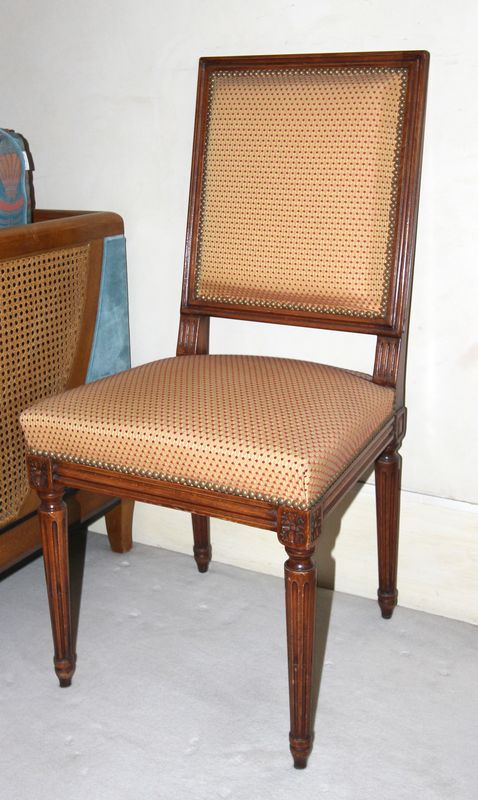 quatre chaises de style louis xvi en bois naturel sculpte de fleurettes reposant sue pied fuseles c. Black Bedroom Furniture Sets. Home Design Ideas