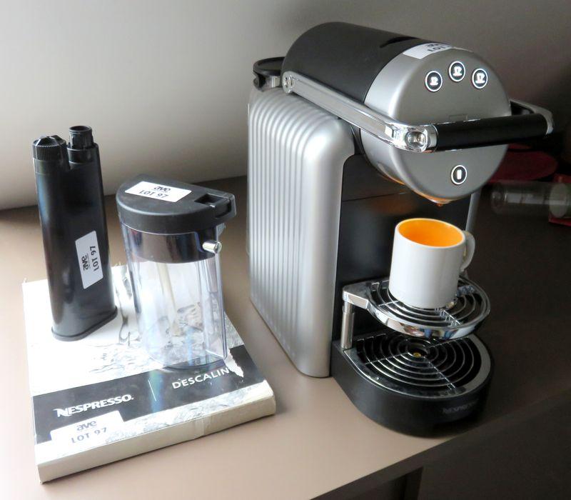 machine a cafe de marque nespresso modele 9737g vendu avec 2 accessoires non fonctionnante 5eme eta. Black Bedroom Furniture Sets. Home Design Ideas