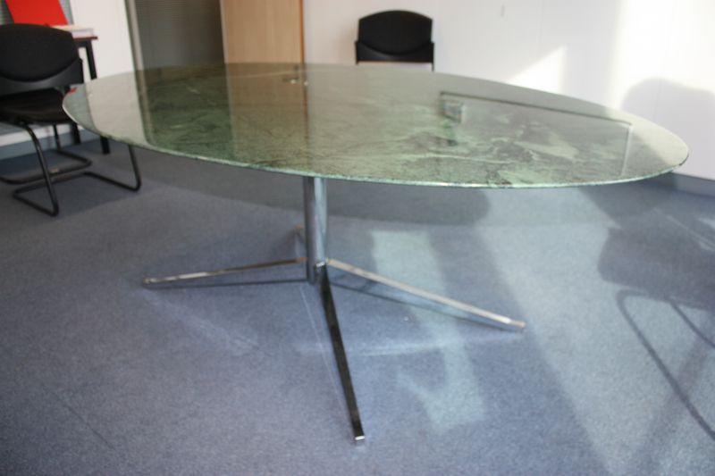 table a plateau oval en marbre de couleur verte revetement polyesther reposant sur pietement etoile. Black Bedroom Furniture Sets. Home Design Ideas