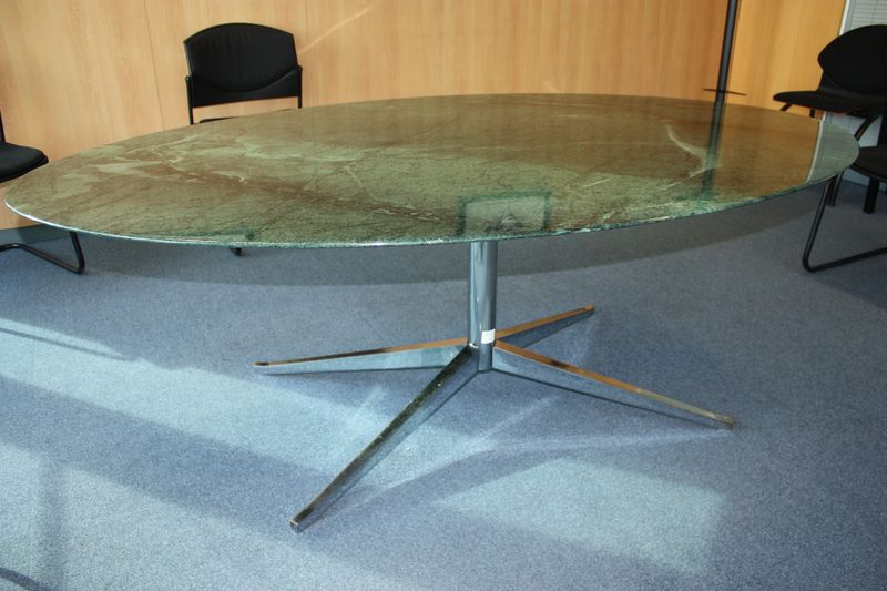 Table a plateau oval en marbre de couleur verte revetement for Pietement de table design