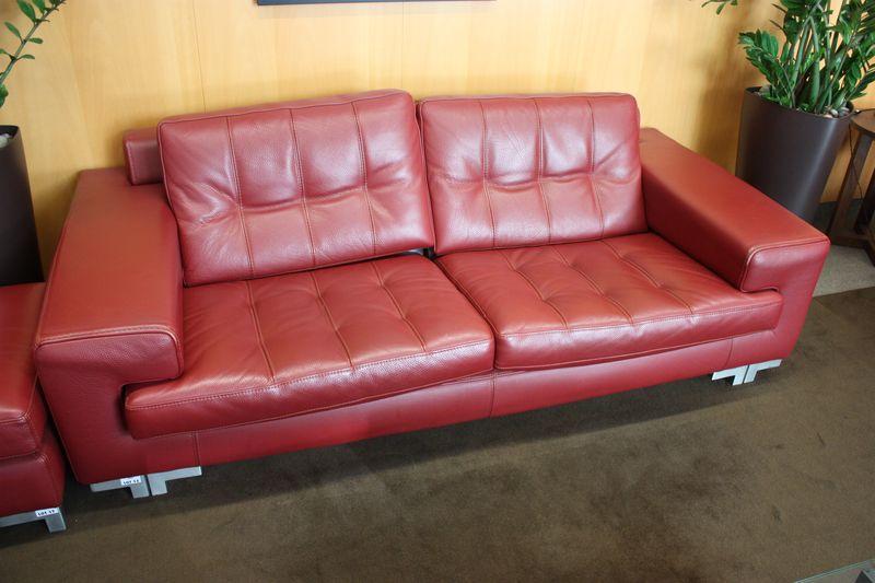 canape en cuir de couleur rouge trois places roche bobois pietement en metal brosse 80 x 220 x 110. Black Bedroom Furniture Sets. Home Design Ideas