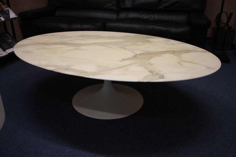 Table basse a plateau ovale en marbre blanc veine gris pietement tulip en met - Table de salon ovale ...