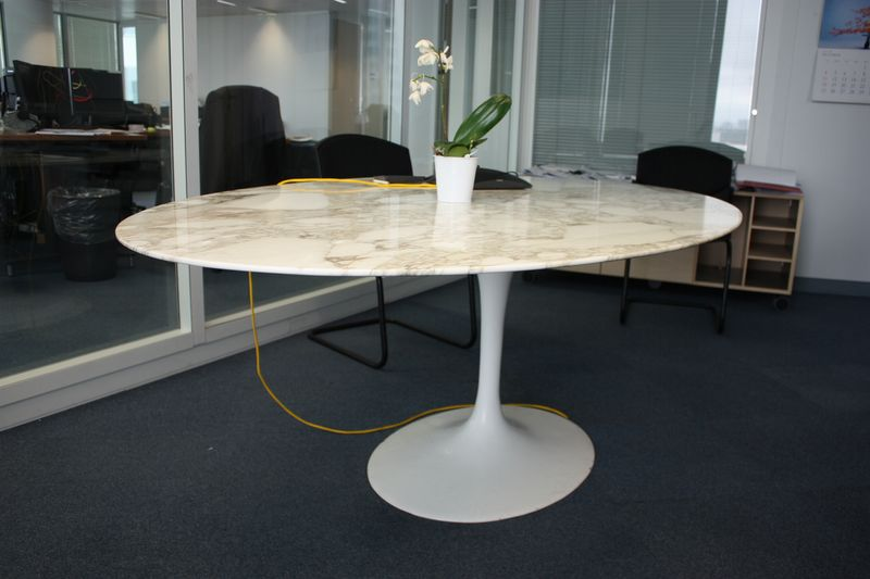 Table a plateau en marbre blanc veine brun oval pietement tulip en