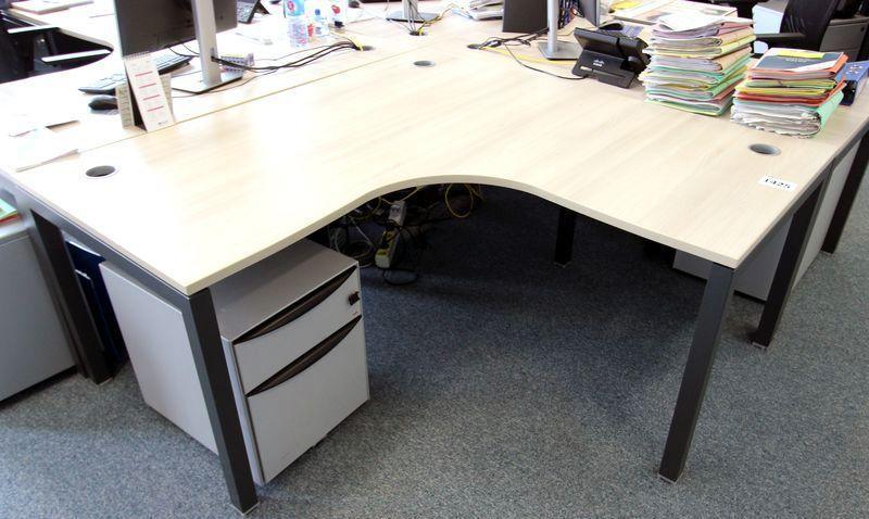 Bureau dangle plateau de couleur bois clair pietement en metal noir