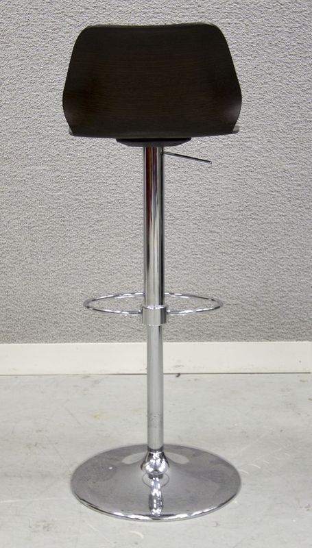 Tabouret de bar assise en bois thermoforme reposan sur - Pied de tabouret bar chrome ...