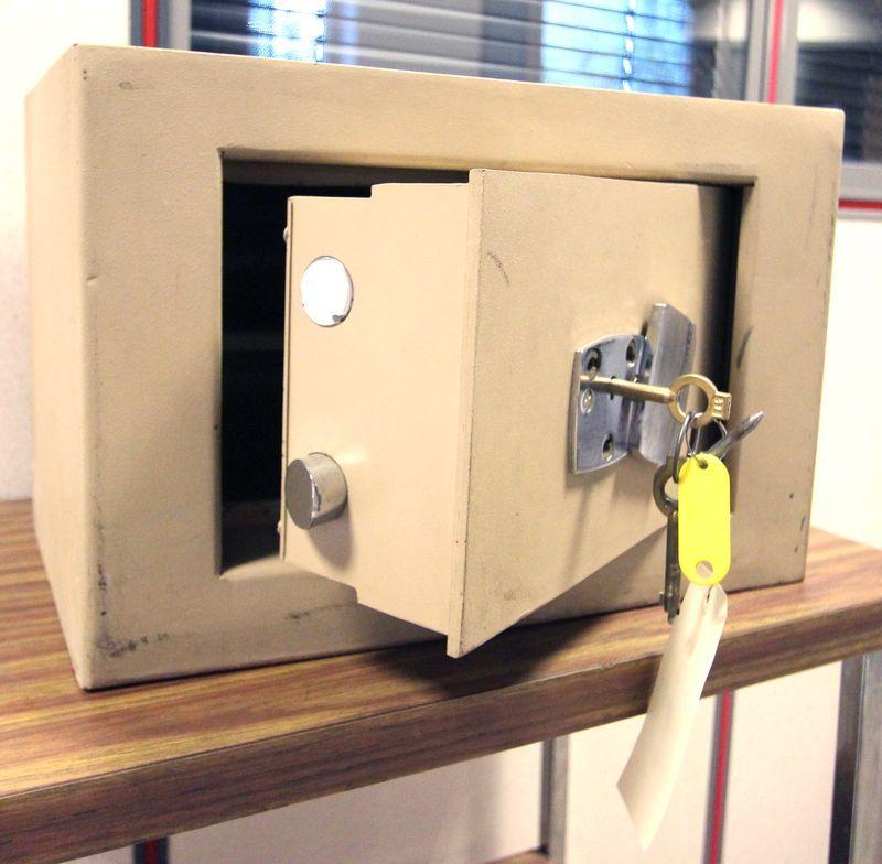 coffre fort de marque petitjean complet avec ses deux clefs et sa clef clou 27 x 40 x 30cm batiment. Black Bedroom Furniture Sets. Home Design Ideas