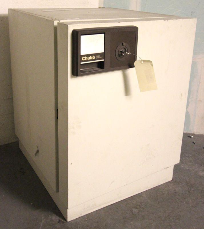 Coffre fort inifuge de marque chubb modele data cabinet s60 dis deux etageres - Armoire avec etagere ...