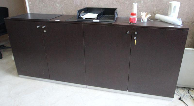 Comptoir daccueil comprenant un meuble bas ouvrant par - Meuble bas deux portes ...