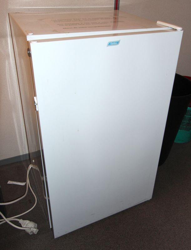 refrigerateur table top de marque curtiss poignee exterieure manquante accidents 83 x 50 x 47 cm ba. Black Bedroom Furniture Sets. Home Design Ideas
