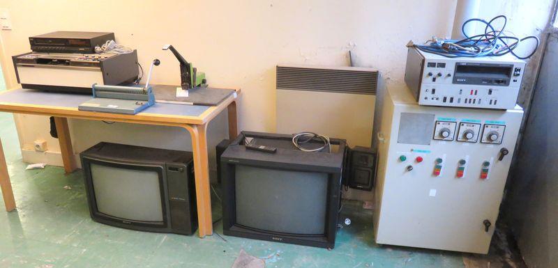 lot surpri agrafeuse trouse a papier magnetoscope sony modele vo 2631 enregistreur vhs de marque so. Black Bedroom Furniture Sets. Home Design Ideas