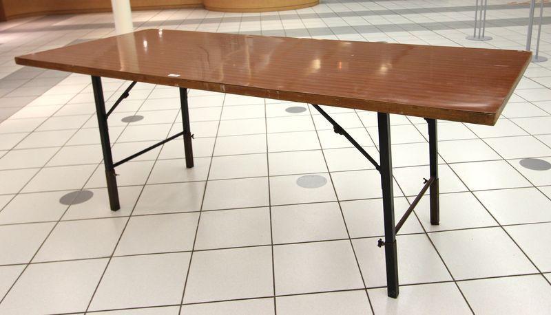 lot 2407 10 unites table de traiteur pliante plateau formica couleur chene fonce pietement metalliq. Black Bedroom Furniture Sets. Home Design Ideas