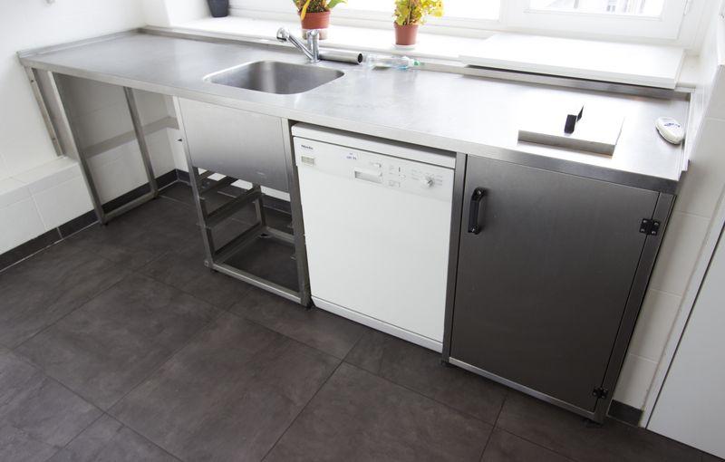 plonge avec un bac et plan de travail avec trou a dechet et compartiment poubelle ouvrant par une p. Black Bedroom Furniture Sets. Home Design Ideas