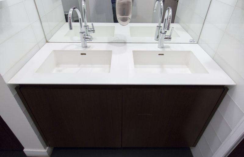 meuble de salle de bain double vasque avec plateau en coriant avec deux mitigeurs dorn fracht sur m. Black Bedroom Furniture Sets. Home Design Ideas