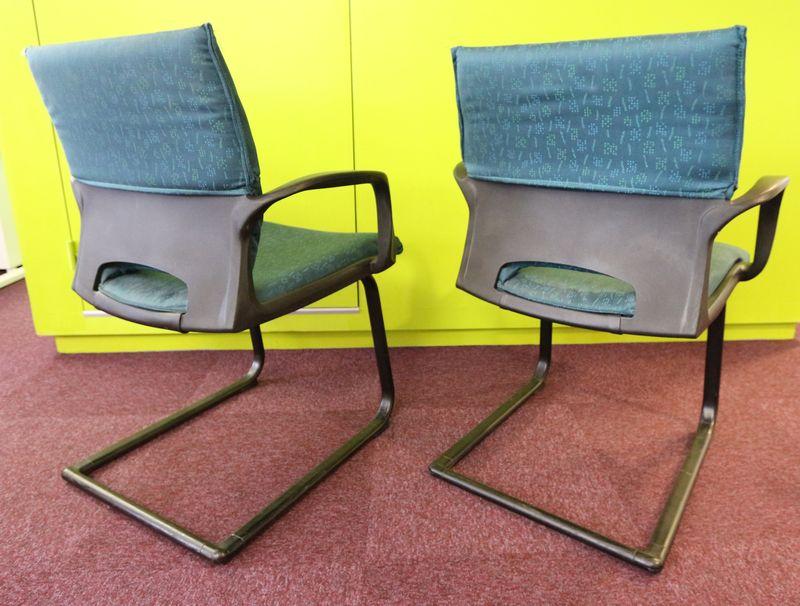 3 chaises visiteurs garnies de tissu vert et noir pietement luge metallique noir et 1 fauteuils gar - Chaises visiteurs design ...
