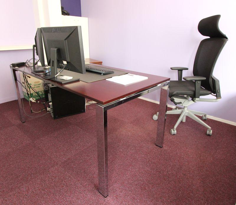 ensemble de mobilier de bureau comprenant un bureau rectangulaire pietement metallique chrome et pl. Black Bedroom Furniture Sets. Home Design Ideas