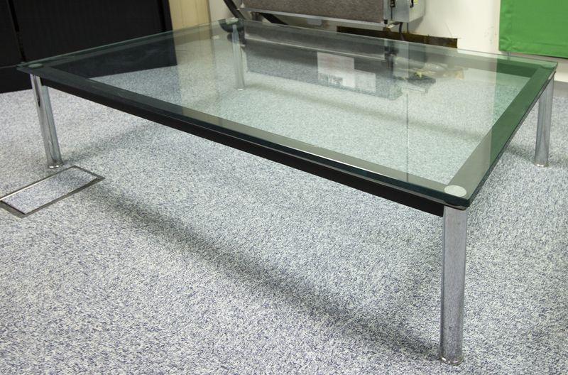 le corbusier 1886 1965 table basse rectangulaire modele lc10 edition cassina pietement tubulaire en. Black Bedroom Furniture Sets. Home Design Ideas