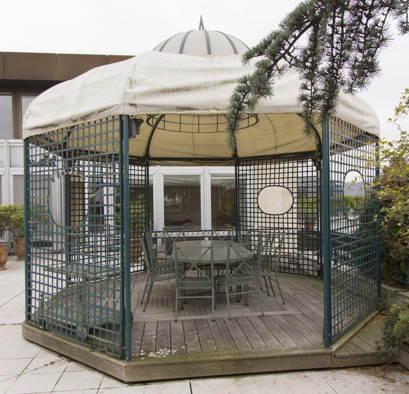 pergola exterieure octogonale structure metallique laquee verte plancher en teck caillebotis toile. Black Bedroom Furniture Sets. Home Design Ideas