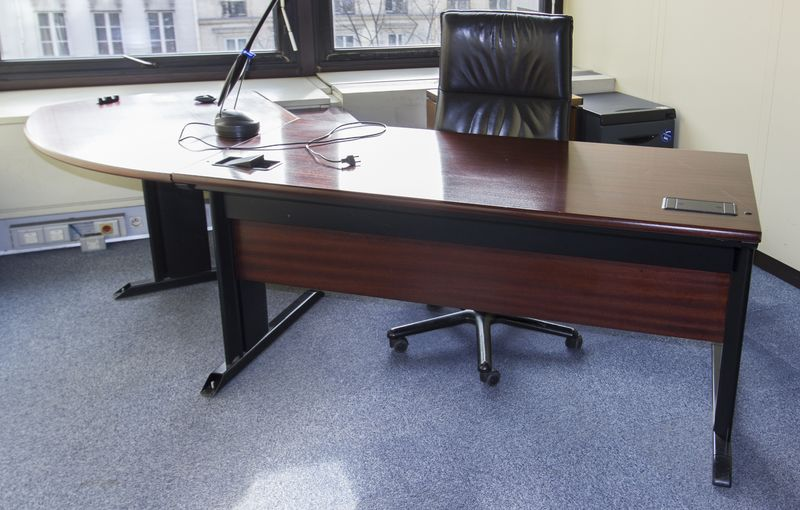 Bel ensemble de mobilier de direction en bois et bois de placage