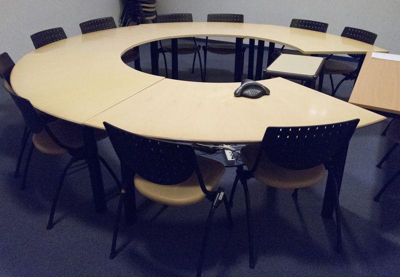 6 tables en arc de cercle formant table de reunion en quartier de lune plateau de couleur chene cla. Black Bedroom Furniture Sets. Home Design Ideas