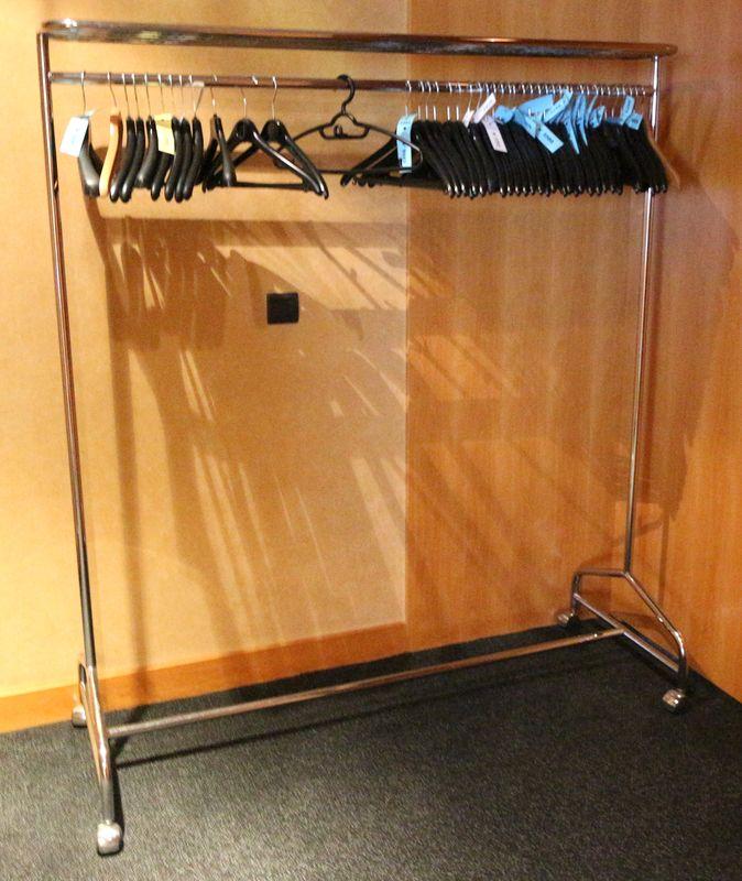 portant a vetement sur roulettes en metal chrome vendu avec quelques ceintres 6eme conseil. Black Bedroom Furniture Sets. Home Design Ideas