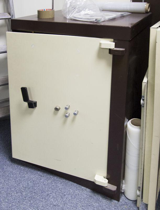coffre fort de marque acial beige et marron fermeture a. Black Bedroom Furniture Sets. Home Design Ideas