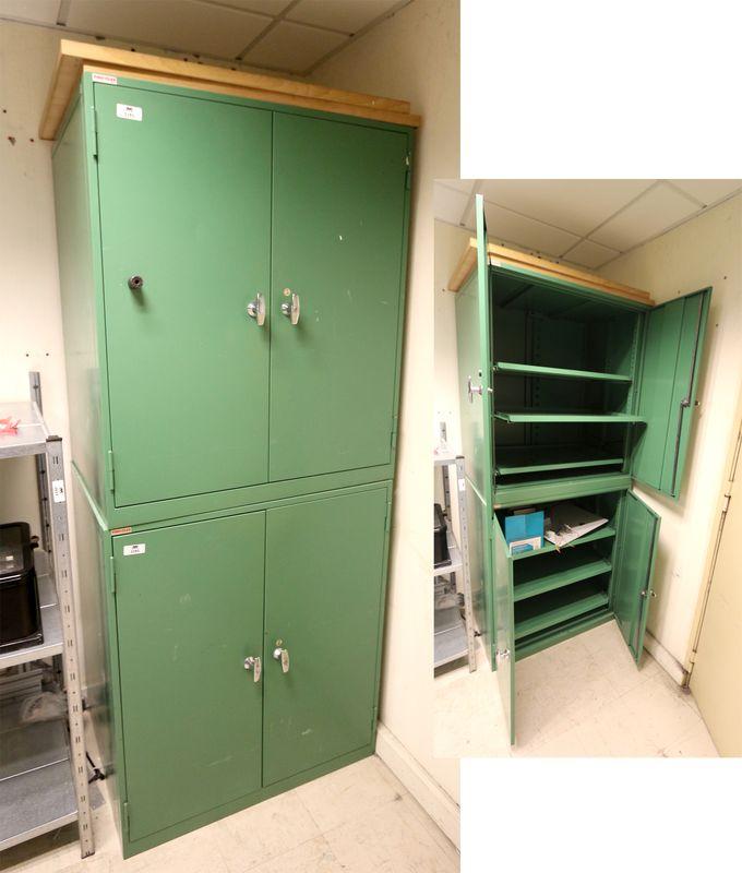 2 armoires basses metalliques laquees vert ouvrant par 2. Black Bedroom Furniture Sets. Home Design Ideas