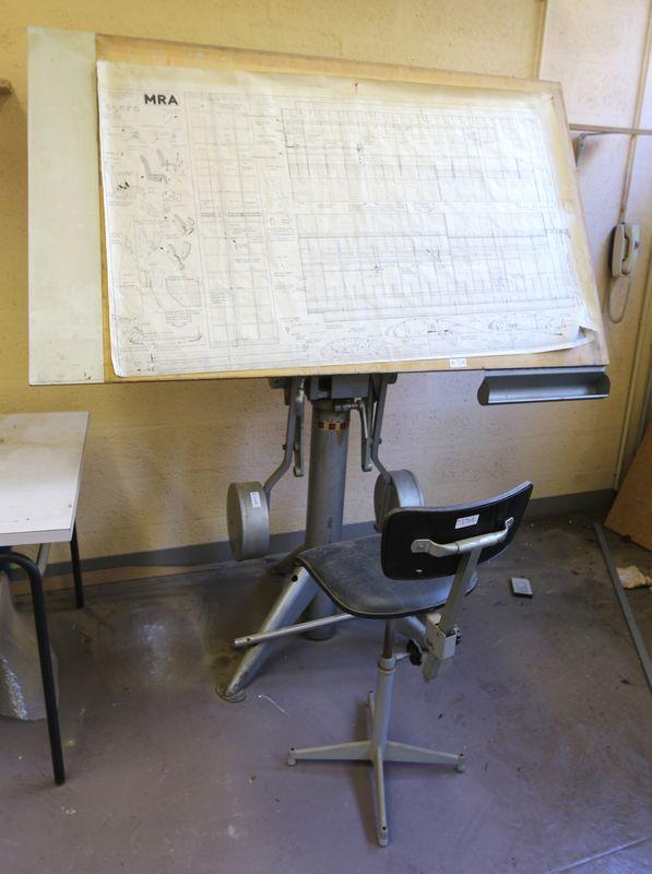 table a dessin de marque unic en acier laque gris plateau en bois contrepoids dimensions 190 x 170. Black Bedroom Furniture Sets. Home Design Ideas