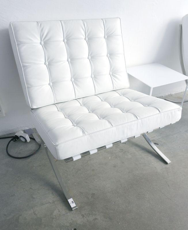 banquette avec deux coussins en cuir capitonne blanc structure en metal chrome modele inspiree de l. Black Bedroom Furniture Sets. Home Design Ideas