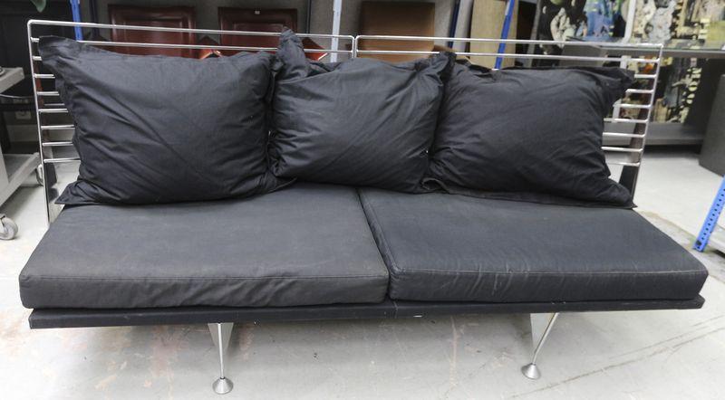 banquette en metal chrome avec dossier paquebot reposant sur 6 pieds toupies garniture de coussins. Black Bedroom Furniture Sets. Home Design Ideas