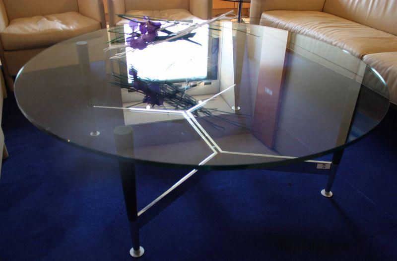 fabulous table basse plateau en verre reposant sur pieds en bois et metal chrome relies par with. Black Bedroom Furniture Sets. Home Design Ideas