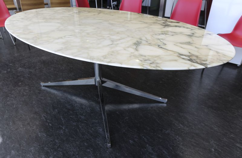 table ovale a plateau de marbre blanc veine gris pietement metallique chrome a 4 pieds modele table. Black Bedroom Furniture Sets. Home Design Ideas