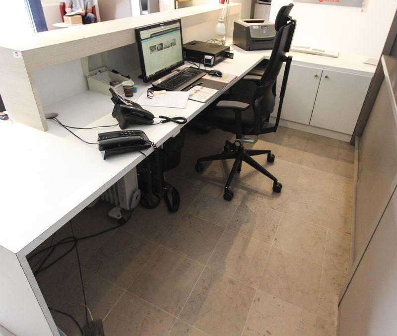 comptoir daccueil en bois melamine plaque blanc et bois clair formant bureau avec son retour dimens. Black Bedroom Furniture Sets. Home Design Ideas