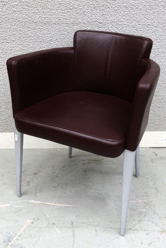 14 petits fauteuils club garniture de cuir graine bordeaux fonce reposant sur - Fauteuil club cuir gris ...