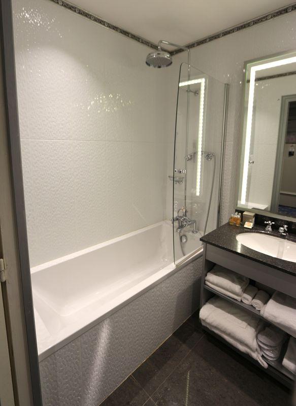 Mobilier de salle de bain comprenant robinet pommeau et Marque de robinetterie salle de bain