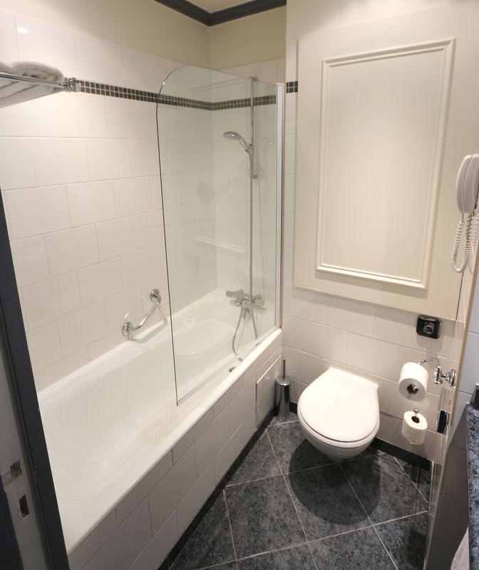 mobilier de salle de bain comprenant mitigeur