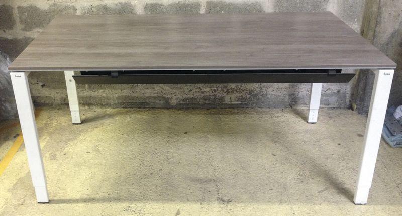 Bureau droit rectangulaire plateau de couleur chene ceruse pietement