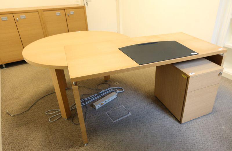 Mobilier de bureau de direction en bois clair comprenant un bureau