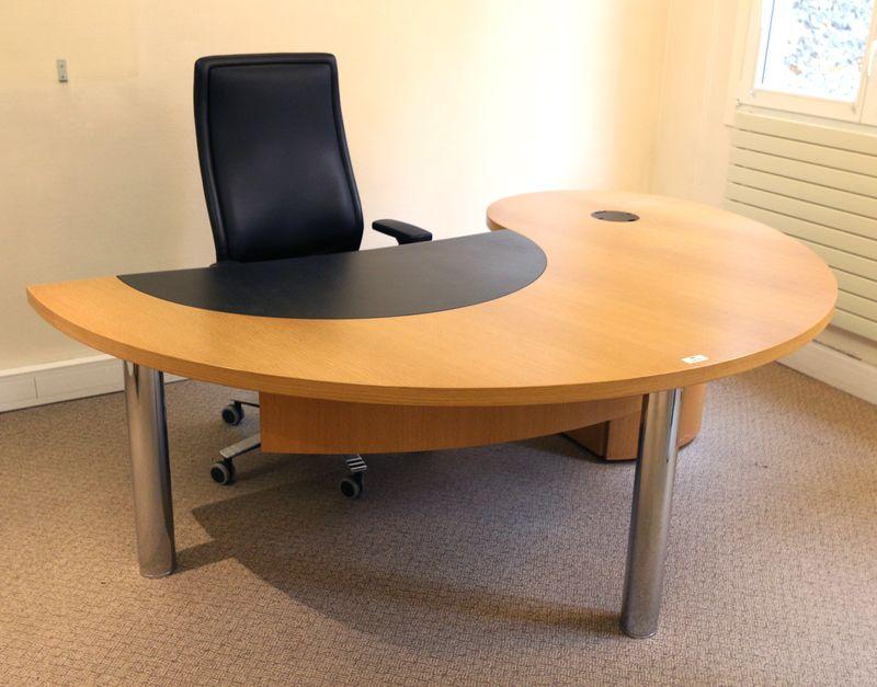 mobilier de bureau de direction en bois clair comprenant