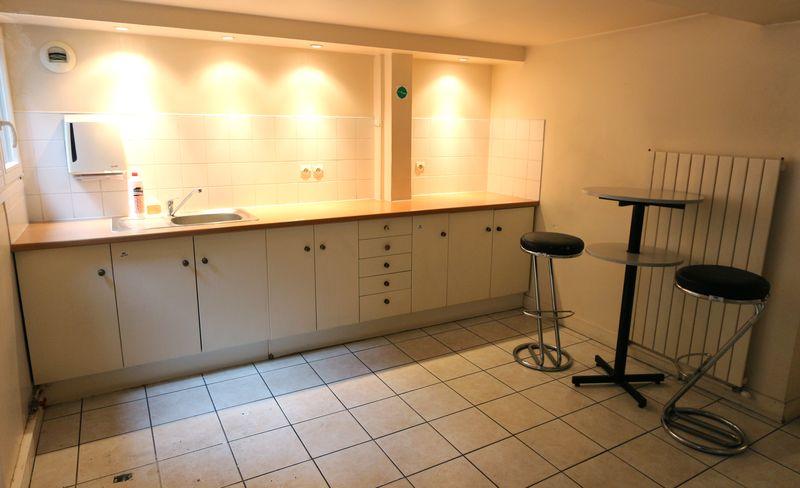 mobilier de cuisine en bois laque beige avec plan de travail en stratifie couleur bois ouvrant par. Black Bedroom Furniture Sets. Home Design Ideas