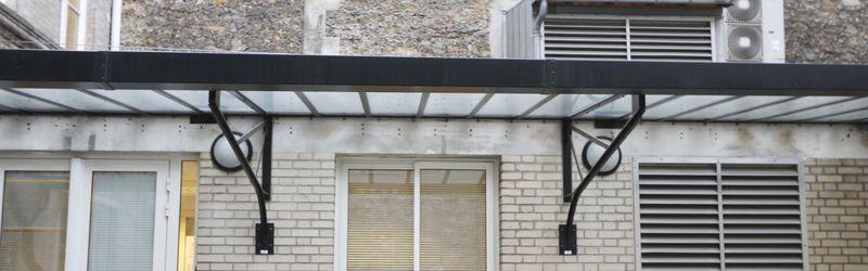 auvent metallique laque noir reposant sur 2 structures. Black Bedroom Furniture Sets. Home Design Ideas