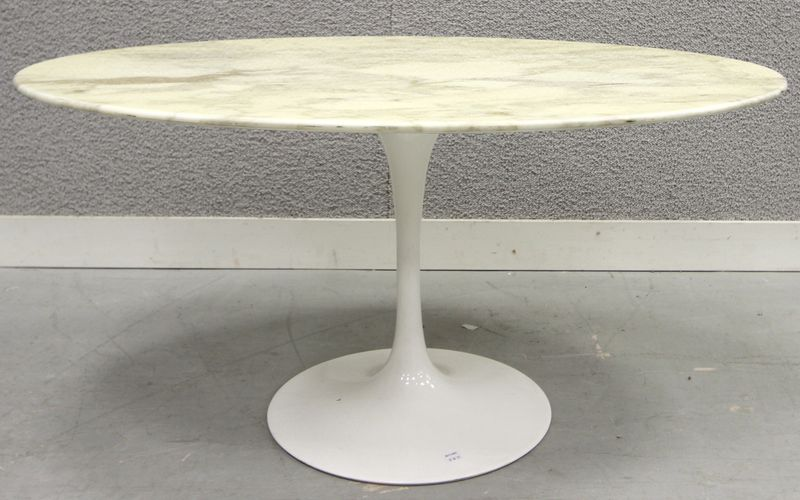 Table a plateau de marbre blanc veine ovale reposant sur pietement gueridon en metal laque blanc mo - Table knoll ovale marbre blanc ...