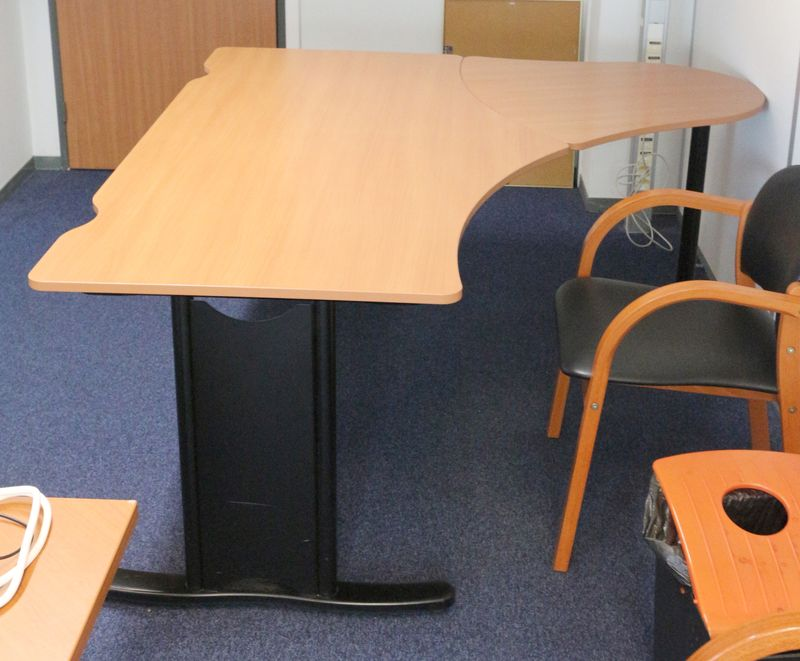 bureau compact arrondi en bois de couleur poirier pietement metal noir dim 170 x 160 cm quantite 22. Black Bedroom Furniture Sets. Home Design Ideas