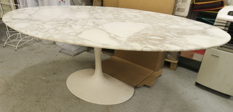 Table ovale modele dining table 78 design eero saarinen pietement laque beige de forme tulipe et pl - Table knoll ovale marbre blanc ...