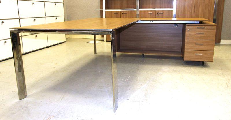 lot 498 2 unites bureau dangle avec caisson integre ouvrant par trois tiroir et une tablette platea. Black Bedroom Furniture Sets. Home Design Ideas